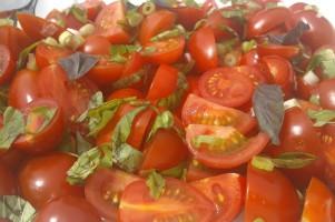 Simpele salade van cherrytomaatjes en lenteui.
