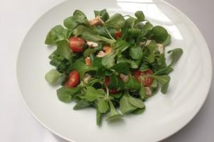 Simpele lunchsalade van veldsla met tomaat en gerookte kipfilet