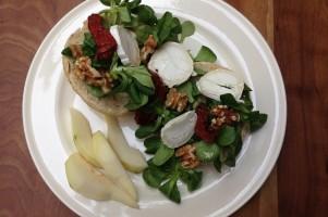 Beautyfood lunch: meergranenbol met veldsla, geitenkaas en peer