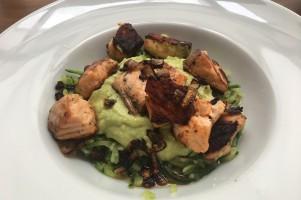 Courgette spaghetti met zalm en avocadosaus