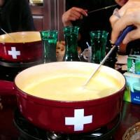 Gezellig aan de kaasfondue: zelfgemaakt of kant-en-klaar